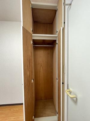 洋室4.1帖のお部屋にクローゼットがあります♪お洋服もしわにならず、キレイに収納できます☆