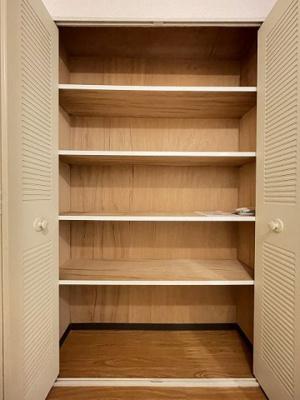廊下にある収納スペースは、シューズボックスに入りきらない靴の収納にも便利ですね♪玄関周りがすっきり片付きます☆