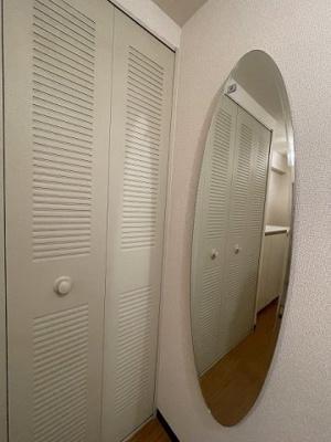 玄関には全身ミラー付きでお出かけの時の身だしなみ確認もばっちり!