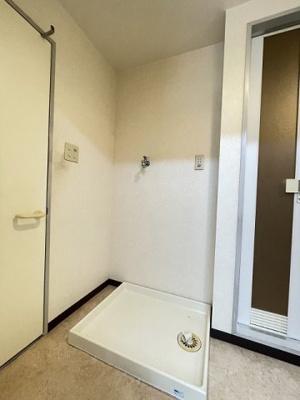 洗面所内、独立洗面台横にある室内洗濯機置き場です♪防水パンが付いているので万が一の漏水にも安心です!