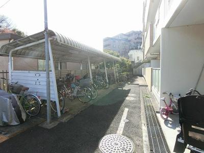 屋根付きの駐輪場があるので雨が降っても大切な自転車が濡れません☆荷物が重いときに自転車があれば助かりますね!