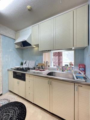 3口ガスコンロ/グリル付きシステムキッチンです☆場所を取るお鍋やお皿もすっきり収納できてお料理がはかどります!※参考写真※