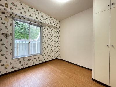 サービスバルコニーがある洋室4.1帖のお部屋です♪お洋服をキレイに収納できるクローゼットを完備しています♪