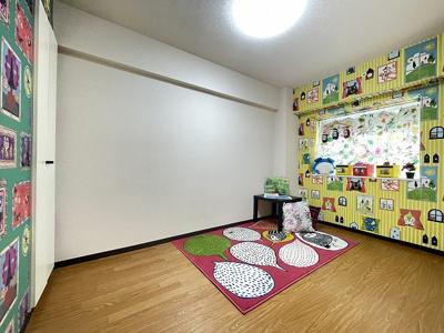 玄関側にある、洋室5.2帖のお部屋です♪メルヘンなアクセントクロスなので子供部屋にも良いですね◎書斎・寝室など多用途に使えそうなお部屋です♪