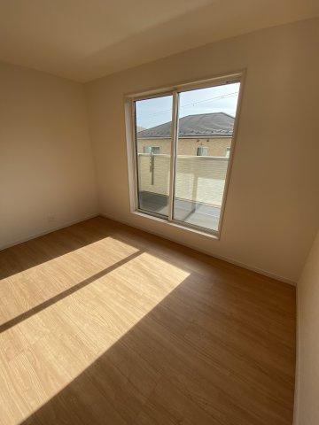 2F洋室  2階に3部屋ある洋室は、いずれも2方向に窓を設けており、通風・採光は抜群です