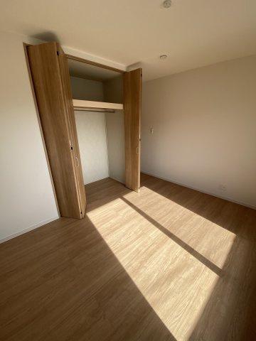 2F洋室 洋室は各部屋にクローゼットが設けられており、収納が非常に充実しております