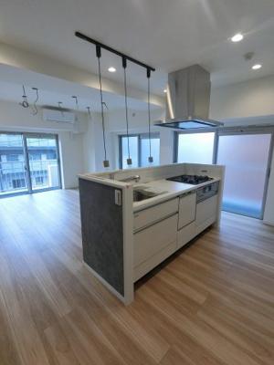 明るく開放的なアイランドキッチンは勝手口・パントリー付♪ 食器洗乾燥機付き、後片付けもラクラクこなせて、環境に優しい設備です。