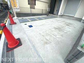 玄関前は駐車スペースです♪車種制限はございますが、セカンドカーも駐車可能な並列駐車2台分です!!