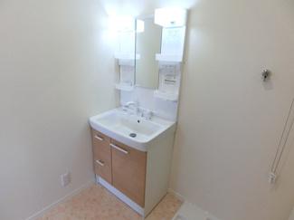 LIXIL製の洗面化粧台。ハンドシャワー水栓もあるので洗髪などもラクラク♪※画像は同仕様の設備写真になります。