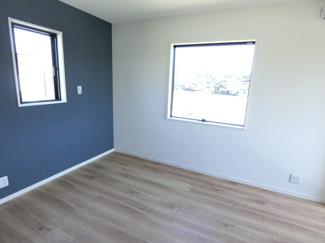 2階の洋室はアクセントクロスを用い、オシャレで明るい印象になっています。