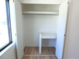 2階洋室の収納です。棚とパイプが設けられており洋服や荷物がしっかりと片付きます。※お部屋や棟により収納は異なります。