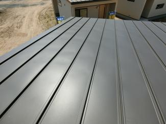 屋根は軽量で耐久性に優れた、ガルバリウム鋼板葺となっています。