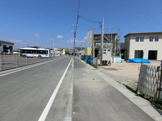 団地進入部分の道路です。対面通行もゆとりをもって行えます。