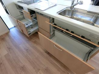 キッチン収納になります。一番下の台座収納もあるので収納量がたっぷり♪