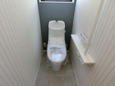トイレはLIXILのアメージュ。充実のキレイ機能と温水洗浄便座などの快適機能を搭載しています。※画像は同仕様の設備写真になります。