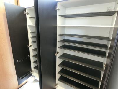 玄関収納。高さ調整可能な棚があるので高さのあるブーツなどもしっかり収納していただくことができます。