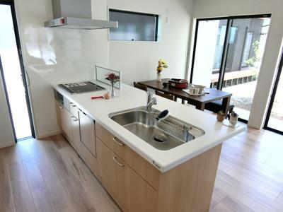 キッチンはフルフラットのオープンチッキン。開放感があり、お掃除もしやすいですね♪※画像は同仕様の設備写真になります。