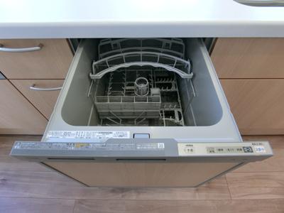 キッチンには食器乾燥洗浄機がございます。食器洗いの手間も削減されますね。