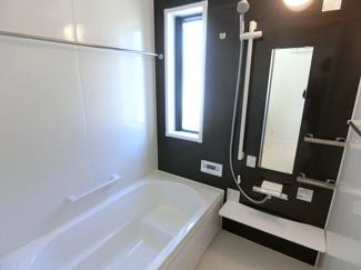 お風呂はハウステック製の1坪タイプの浴室になります。足を伸ばしてゆったりとおくつろぎいただけます。浴室乾燥、追焚機能などもございます。※画像は同仕様の設備写真になります。