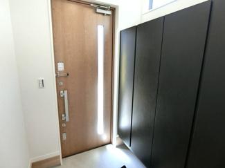 玄関キーはディンプルタイプのダブルロックキーで防犯面も安心です。
