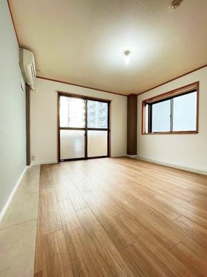 バルコニーに繋がる西向き角部屋二面採光洋室8帖のお部屋です!エアコン付きで1年中快適に過ごせますね☆