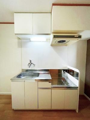 4帖のキッチンスペースです♪窓があるので換気もOK♪ご自身でお好きなタイプのガスコンロをご用意いただけます!自炊生活で楽しく健康に!