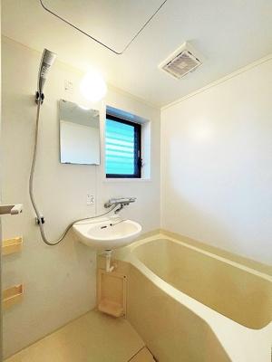 バスルームは洗面台付きの2点ユニットです♪お風呂に浸かって一日の疲れもすっきりリフレッシュ♪換気のできる小窓付きです♪