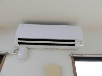 暑い夏や寒い冬に大活躍!リビングダイニングキッチンにあるエアコンです☆冷暖房完備で1年中快適に過ごせます♪