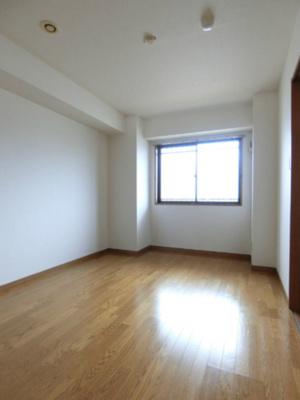 玄関側にある洋室6帖のお部屋です♪ベッドを置いて寝室にするのもオススメです☆フローリングなのでお手入れもラクラク~♪※参考写真※