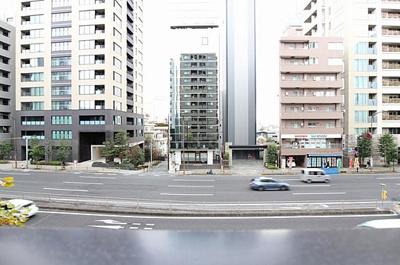 住戸からの眺望です。前面は広い道路で開放感があります。