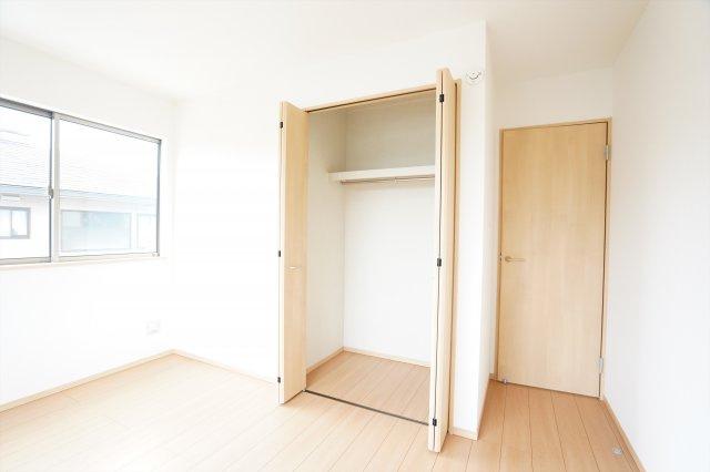 2階6.5帖 窓もたくさんあるので採光と通風がいいので気持ちよく過ごせそうですね。