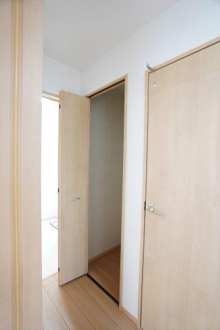 1階廊下 掃除用具や買い置きした日用品を収納するのに便利です。