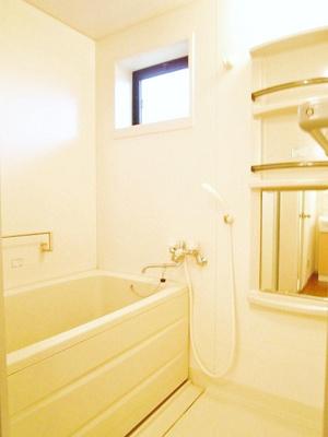 換気のできる小窓付きのバスルーム♪ゆったりお風呂に浸かって一日の疲れもすっきりリフレッシュできますね☆