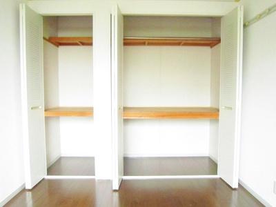洋室6帖のお部屋にあるクローゼット(右)と収納スペース(左)です♪お気に入りのお洋服もすっきり収納できます♪荷物の多い方も安心ですね!
