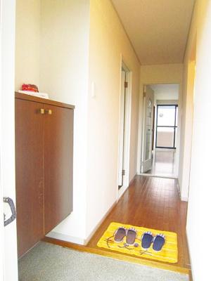 シューズボックス付きで玄関すっきり片付きます!写真やかわいい小物を置いたりもできます☆お客様もスムーズにお出迎えできますね♪