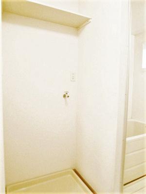 洗面所にある室内洗濯機置き場です♪防水パンが付いているので万が一の漏水にも安心です!上部には便利な収納棚付き♪