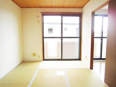 バルコニーに繋がる南東向き6帖の落ち着く和室です!赤ちゃんのごろごろやハイハイはやっぱり和室がよかったりします♪