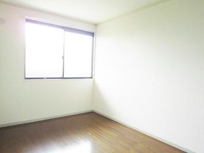 玄関側にある洋室6帖のお部屋です♪子供部屋や書斎・寝室など多用途に使えそうなお部屋です♪