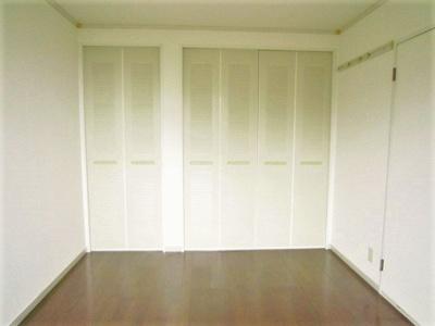 クローゼットと収納スペースのある洋室6帖のお部屋です!お洋服や荷物の多い方もお部屋が片付いて快適に過ごせますね♪