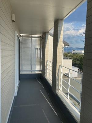 2階インナーバルコニーはスチール手摺で開放感があります。