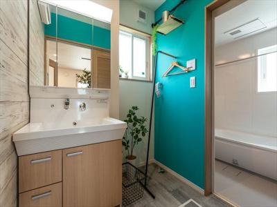 洗面化粧台はベッセルタイプのもので、鏡の裏は収納が付いています。照明もオシャレです。