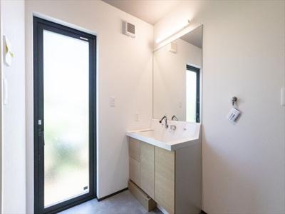 光が大きく取れる洗面所。