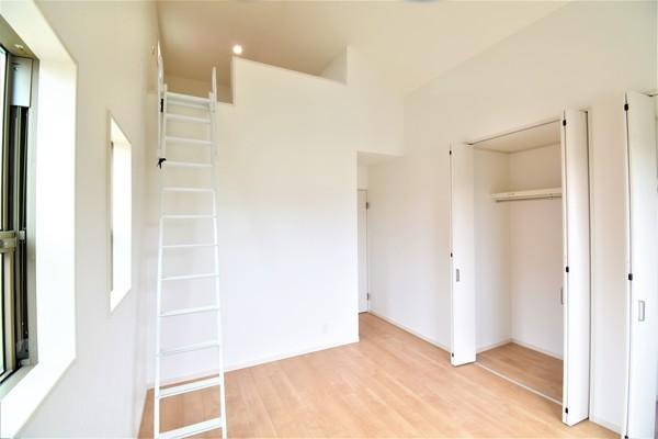 窓からの明かりが嬉しい洋室にはロフトもあり、 季節物などを置いておける収納スペースにも活用できます♪