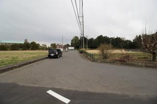 【前面道路含む現地写真】川越市安比奈新田 資材置き場用地 敷地109坪