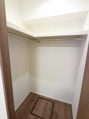 たっぷり収納できるウォークインクローゼットです。 お部屋を広くお使いいただけます。