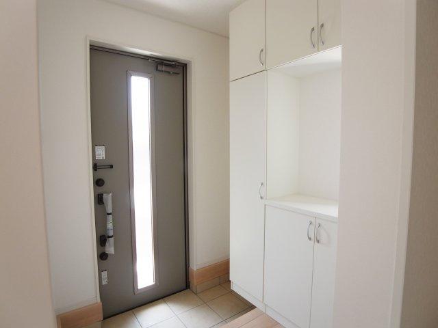 現地写真 30足以上収納できる下駄箱、狭い玄関もスッキリ使用できます。