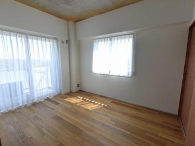 5.3帖の洋室は2面採光で日当たり・風通し◎ 引戸を開けて広い空間としてもお使いいただけます。