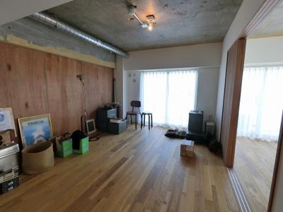 13.3帖のリビングはバルコニーに面しており採光・風通し◎ ダイニングテーブルやソファー、ローテーブルなどの家具もしっかりと配置できます。