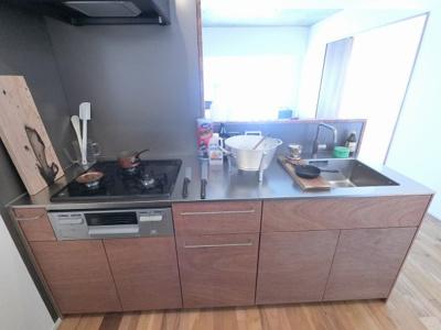 3口ガスコンロのシステムキッチンです。 家族と会話が弾む対面キッチン採用♪