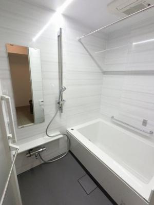 追い焚き機能付のユニットバスです。 乾燥機も完備しており雨の日でも洗濯物が干せるので、忙しい共働きのご家庭では大活躍です。